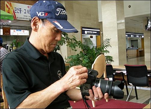 얘기 도중 애장품인 카메라를 만지작거리고 있다.