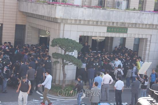 대구시의회 임시회 마지막날인 20일 오전 경찰이 의회 출입문을 봉쇄하자 시민단체가 반발하며 대치하고 있다.
