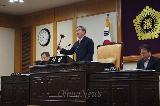대구시의회 임시회 마지막날인 20일 오전 열린 본회의에서 이재술 의장이 '친환경 학교급식 조례'안을 가결시키고 있다.