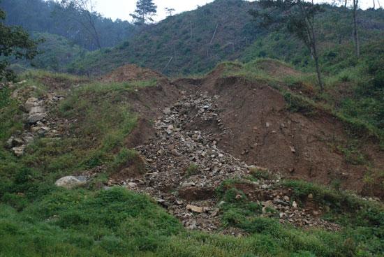 8,250㎡ 규모로 조성된 부지에서 빗물에 유실된 토사가 쓸려 내리면서 지금도 물길을 만들면서 능선이 잘려나가고 있다.