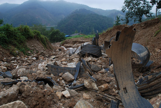 """재난관리과 담당자는 """"계곡에 쌓은 흙이 집중호우로 다 떠내려가고 없어서 법적으로 조치할 목적이 없다""""고 밝혔지만 지금도 당시 묻었던 PVC 주름관이 널린 채 계곡의 흐름을 막고 있다."""