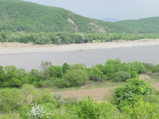 북에서 바라본 두만강. 강 건너가 중국이다.