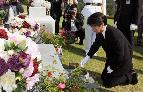 대선 출마를 선언한 안철수 무소속 후보가 20일 서울 동작구 국립현충원 박태준 포스코 명예회장 묘소를 찾아 참배하고 있다.