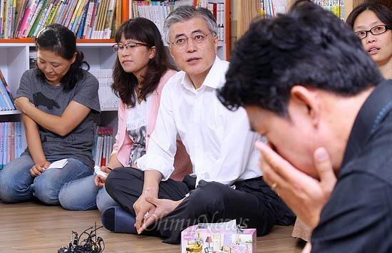문재인 민주통합당 대선후보가 21일 오전 경기도 평택 와락센터를 방문해 쌍용차 해고자 가족들의 얘기를 듣고 있다. 와락센터는 쌍용차 해고자와 가족들의 심리치료 공간이다.