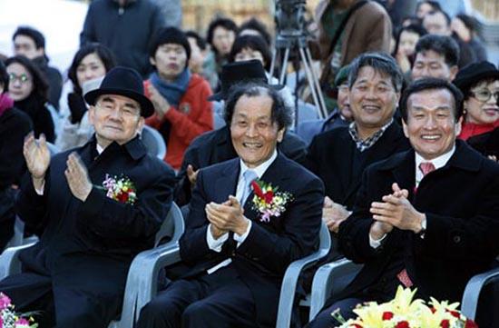 박태준(왼쪽) 전 총리와 조정래(가운데) 선생이 2008년 11월 '태백산맥 문학관' 개관식에 참석해 박수를 치고 있다.