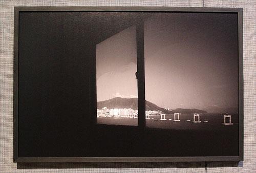이인미 작가의 사진은 부산의 이미지를 날카롭게 형상화하여 보여준다.