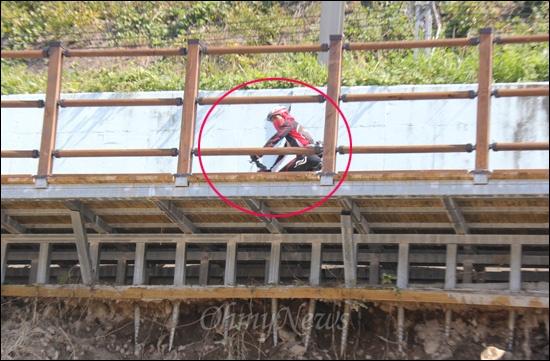 태풍 '산바'로 4대강사업으로 지어진 양산 원동~물금 구간 자전거길이 상판 아래에서 심한 지반침하 현상이 발생했다. 24일 시민들은 그같은 사실도 모른체 자전거를 타면서 지나갔다.