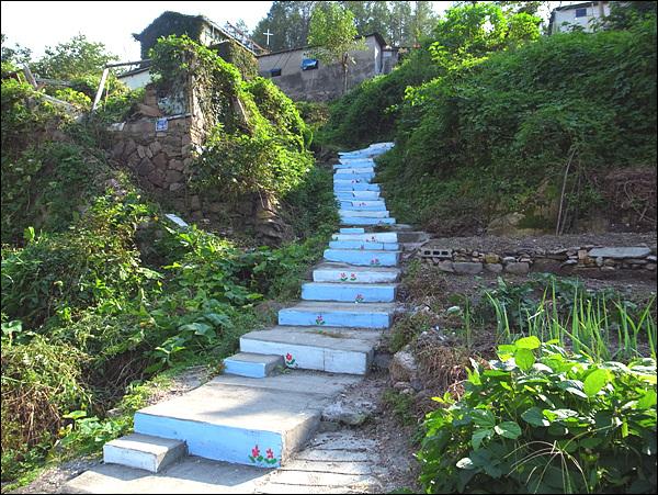 계단 저 계단 끝에 하얀 십자가가 보인다. 저 곳의 십자가는 이들을 위로해주었을 것이라 믿고 싶다.