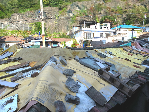 지붕 비가 새는 집...그렇게 한겹두겹 아픔의 세월이 쌓인 것이다.