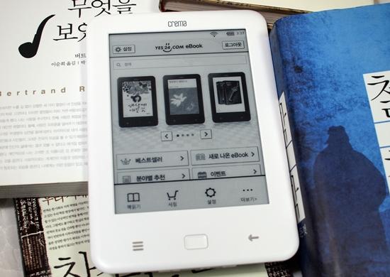 국내 인터넷 서점들과 한국이퍼브가 공동 개발한 '크레마 터치'. 사진 속 기기는 인터넷 서점 '예스24'용으로 출시된 기기다.