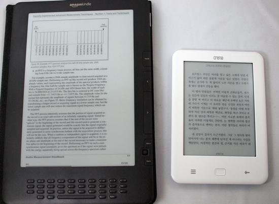 '크레마 터치'는 PDF 파일을 읽을 수는 있지만, PDF 한 쪽이 한 화면에 표시되지 않는다. 그래서 PDF 포맷의 책을 읽으려면 책 넘김 이외의 스크롤이 필요한데 이 과정이 느리고 불편하기 때문에 사실상 이용하기 어렵다. 왼쪽 제품은 '아마존'에서 2009년 발매한 9.7인치 크기의 '킨들 DX'. 저 정도 크기가 되어야 PDF 파일을 불편하지 않게 읽을 수 있다.