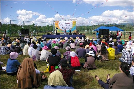 강정마을 한가위 큰잔치 마을주민들이 모여 법륜스님의 이야기를 경청하고 있다.