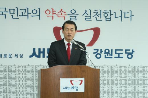 4.11 총선 당시 황영철 의원이 조일현 후보를 고발하는 기자회견을 하고 있다.