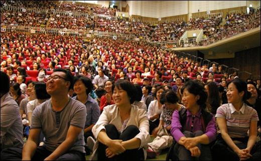 법륜스님의 희망세상만들기 법륜스님의 답변을 듣고 환하게 웃는 부산시민들.