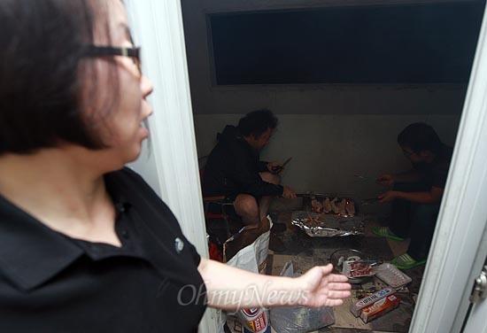 불도 켜지 않은 테라스에서 뚝(고창석)이와 맥가이버(강성필)가 가족을 위해 고기를 굽고 있다.