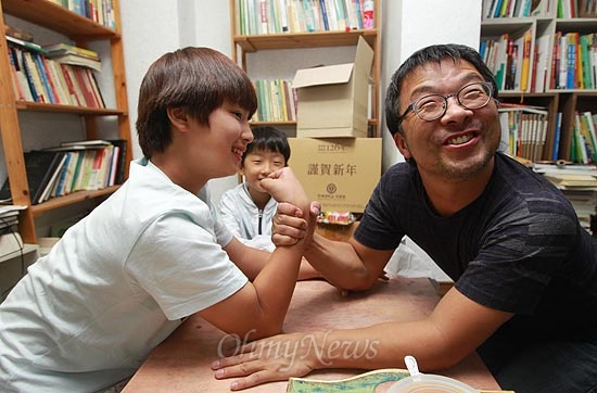 독립영화 <경계도시>를 제작한 강성필씨는 성미산 공동주택에서 맥가이버로 불린다. 아이들과 팔씨름을 즐기는 맥가이버의 표정이 익살맞다.