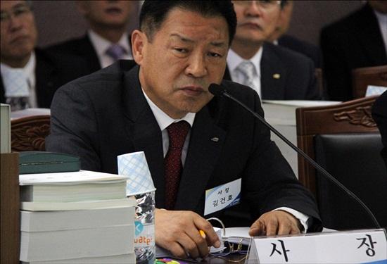 수자원공사 김건호 사장이 국토해양위 국감장에서 의원들의 질의에 답변하고 있다.