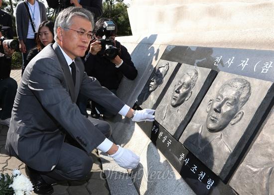 문재인 민주통합당 대선후보가 12일 오전 평택 해군 2함대 안보공원내 제2연평해전 전적비 뒤편의 전사자 얼굴 부조상을 어루만지고 있다.
