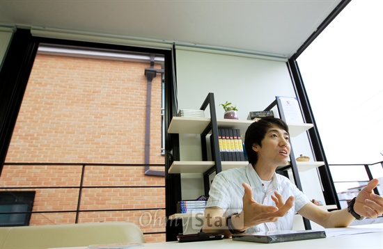 가수 서영은, 바비킴, 백지영 등의 뮤직비디오와 기업광고 등을 만든 김보람 감독이 14일 오후 서울 서교동에 있는 자신의 사무실에서 오마이스타와 인터뷰를 하고 있다. 김 감독은 최근 국방부 프로젝트인 '푸른 소나무'와 '멋진 사나이' 뮤직비디오를 제작해 표창을 받았다.