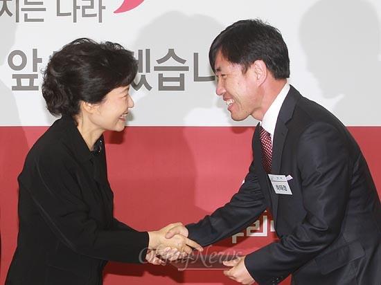 박근혜 새누리당 대선후보가 16일 오후 서울 여의도 당사 회의실에서 열린 100%대한민국대통합위원회 임명장 수여식에서 간사를 맡은 하태경 의원에게 임명장을 수여하고 있다.
