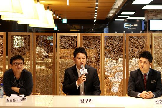 <택시> 연출을 맡고 있는 김종훈 PD와 MC 김구라-전현무가 17일 열린 기자간담회에서 질문에 답하고 있다.