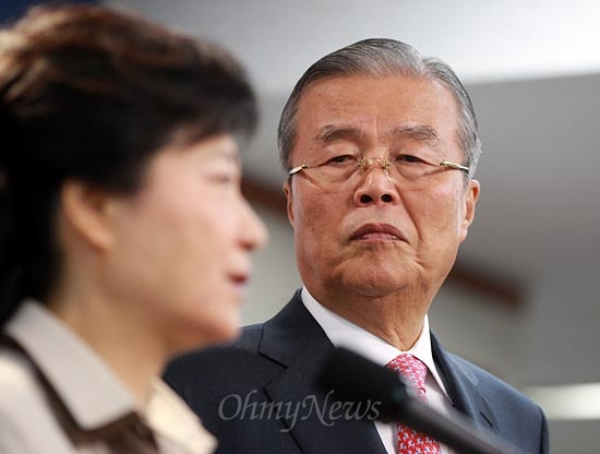 박근혜 새누리당 대선후보가 19일 오전 여의도 당사에서 경찰 관련 정책을 발표하는 가운데 배석한 김종인 국민행복추진위원회 위원장이 박 후보를 쳐다보고 있다.
