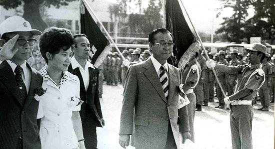 1975년 6월 21일 배재고교 교정에서 열린 한국 구국십자군 창군식에 참석한 박근혜씨. 오른쪽에 안경을 쓴 이가 최태민씨다.