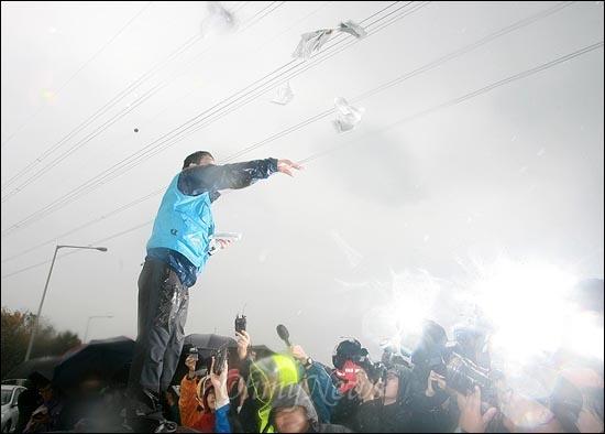 임진각에서 대북삐라 살포를 계획한 박상학 자유북한연합 대표가 22일 오전 경기도 파주시 임진각 전방 6킬로미터 지점 자유로에서 경찰에 제지당한 가운데, 차량위에 올라가 손으로 대북삐라를 뿌리고 있다.