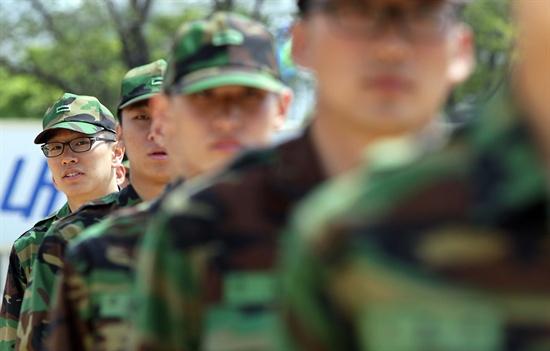 충남 논산 육군훈련소 가족면회가 13년 만에 재개된 2011년 5월 4일 한 훈련병이 고개를 돌려 면회를 온 가족을 찾고 있다.