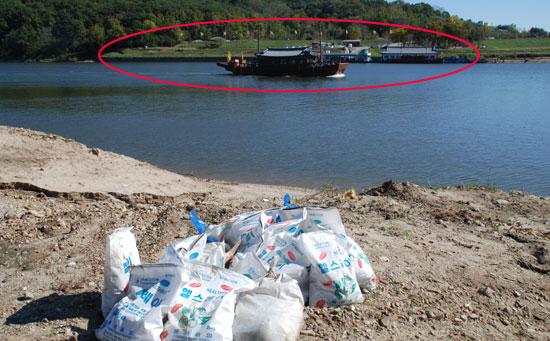 수거된 물고기가 강변에 그대로 방치되면서 악취가 풍기고 있지만 백마강·구드레나루터 유람선은 계속 운항되고 있다.