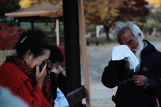 대추리의 기억을 회상하면서 같이 함께한 활동가들과 눈물을 흘리고 있는 문정현 신부님의 모습