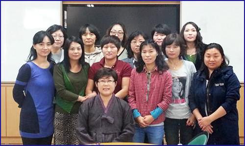 '우리말바라기' 회원들과 필자 창원외동초등학교 어머니독서동아리 '우리말바라기' 회원들과 필자