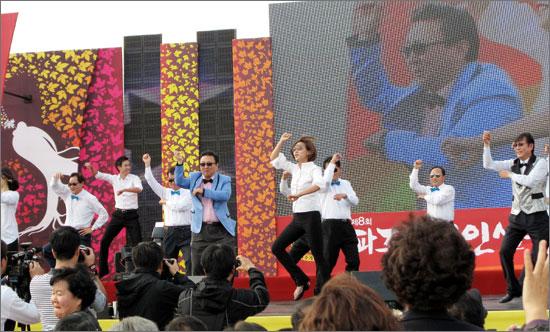 지난 20일 <파주 개성인삼 축제> 현장. 이인재 파주시장이 공무원들과 함께 '강남 스타일'에 맞춰 춤을 추고 있다.