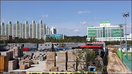 대전시 서구 관저동 건양대병원앞 병원 부지 용지에 쌓여 있는 컨테이너박스 오른쪽 뒷편 건물이 건양대병원이다.