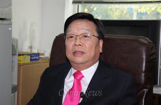 새누리당과의 '합당'에 반대해 선진통일당을 탈당한 뒤 민주통합당 입당과 문재인 후보 지지를 선언한 권선택 전 의원.
