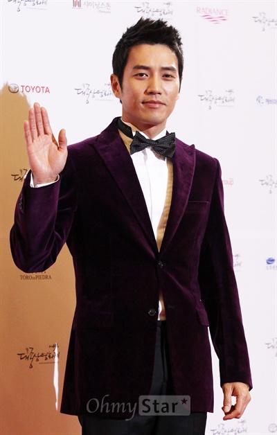 30일 저녁 서울 여의도 KBS홀에서 열린 제49회 대종상 영화제 레드카펫에서 배우 주상욱이 손을 들어 인사하고 있다.