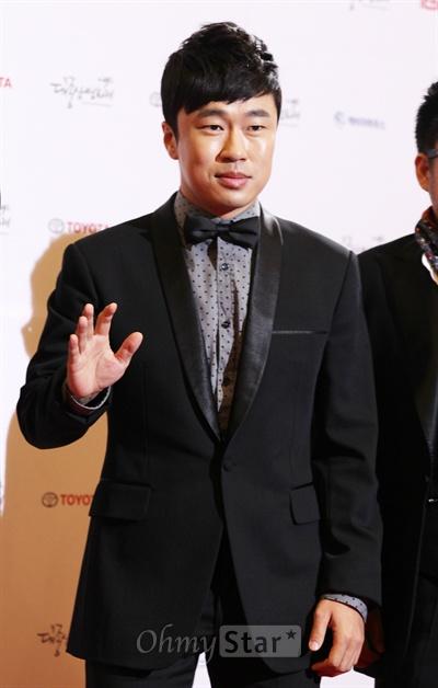 30일 저녁 서울 여의도 KBS홀에서 열린 제49회 대종상 영화제 레드카펫에서 배우 조달환이 손을 들어 인사하고 있다.