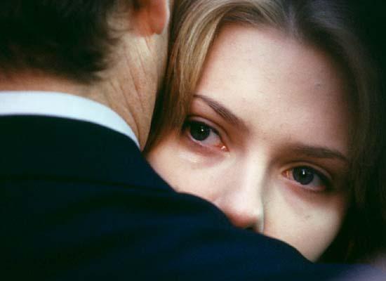 영화 마지막 장면 <사랑도 통역이 되나요> 마지막 장면이다. 광고촬영이 끝난뒤 본국으로 돌아가는 밥이 도쿄시내를 걷던 샬롯(스칼렛 요한슨)을 발견하고 그녀를 향해 뛰어가 포옹하는 모습이다. 이때 샬롯의 눈빛이 너무도 아리다. 영화는 이 장면에서 대사를 집어넣지 않았다.