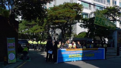 보건의료노조는 11월 1일 박문진 보건의료노조 지도위원 매일 삼천배 기도 투쟁 10일차를 맞아 박근혜 새누리당 대선후보가 영남대의료원 노사문제를 직접 해결할 것을 촉구하는 기자회견을 진행했다.