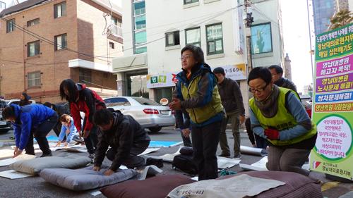 보건의료노조는 기자회견 후 상징의식으로 참가자 108배를 진행했다.