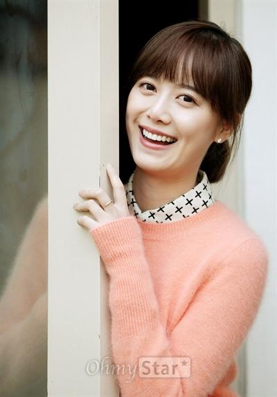 영화<복숭아나무>의 감독 구혜선이 30일 오후 서울 삼청동의 한 카페에서 인터뷰에 앞서 환한 미소를 짓고 있다.