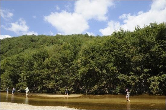 """푸른 하늘과 산과 강의 절묘한 조화, 바로 내성천이다. """"저 강을 걷는 자들은 복되도다""""란 '말씀'이 들릴 것만 같다."""