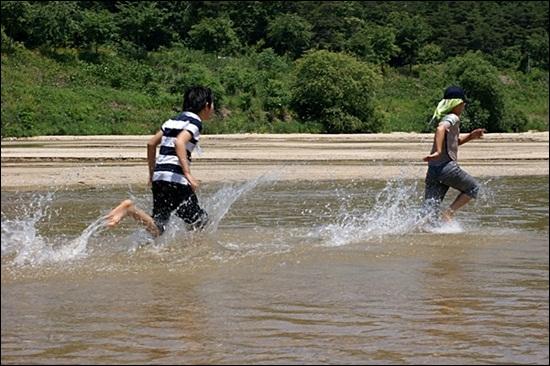 아무리 뛰어놀아도 전혀 위험하지 않은 강, 내성천. 지난 여름 모습이다.