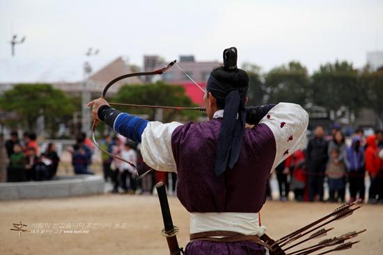 무예24기 국궁활쏘기 수원 화성 행궁 신풍루 앞에서 재연해 보인 무예24기 국궁활쏘기