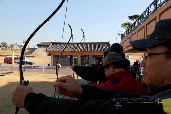 사대에 선 체험자들 수원 화성 활터 사대에서 사법을 지도받고 있는 국궁 활쏘기 체험자들