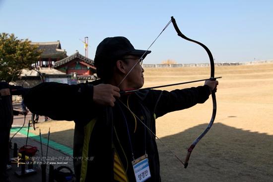 국궁 활쏘기 체험 국궁 활쏘기 체험에 나선 파워소셜블로거 파르르(양경만)님