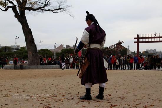 장용영 무사들의 활쏘기(사법) 수원 화성행궁 앞에서 재연된 정조대왕 친위부대 장용영의 무예24기의 국궁활쏘기