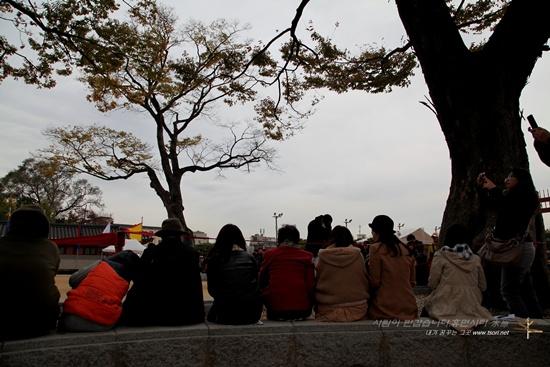 무예24기 관람자들 수원 화성행궁 앞에서 재연된 정조대왕 친위부대 장용영의 무예24기를 관람하고 있는 관광객들의 뒷모습이 정겹다.