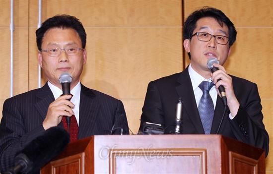 문재인 캠프 박광온(왼쪽), 안철수 캠프 유민영 대변인이 6일 저녁 서울 백범기념관에서 야권 후보 단일화에 관한 7대 합의사항을 담은 공동합의문을 발표한뒤 서로 인사하고 있다.
