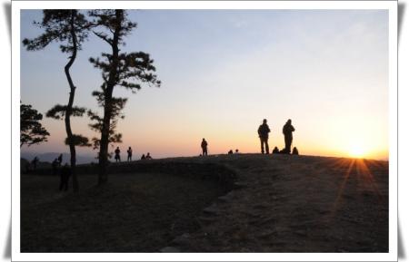 계족산성에서 바라본 저녁 노을 서쪽 산 너울 넘어 힘겹게 넘어가는 붉은 노을을 감상하며 발길을 돌렸다.